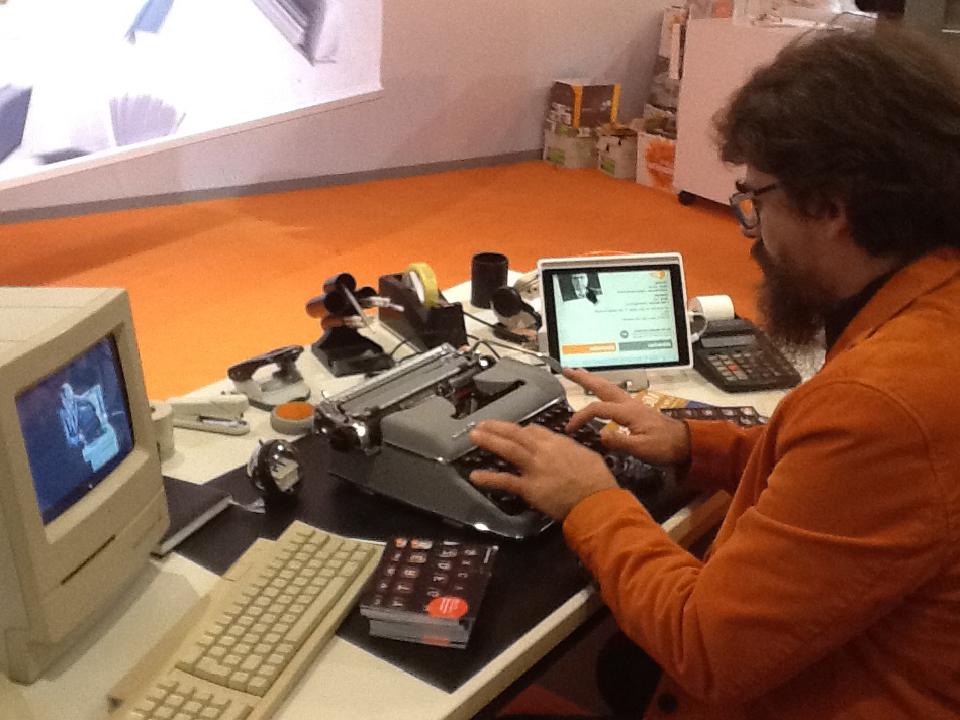 Nelle foto Novelli e l'amico Patrick si scambiano mail a un particolarissimo desk della Fiera del Libro di Francoforte ( 12 ottobre 2015).